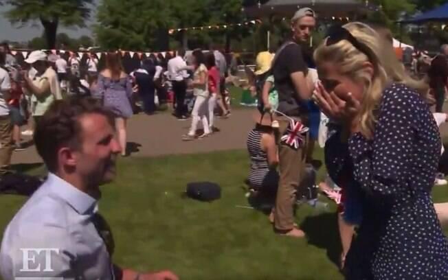 O casal britânico aproveitou a festa do casamento real para noivar e viralizou nas redes sociais com o pedido inesperado