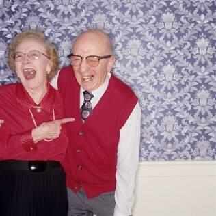 Fazer algo de positivo pelo parceiro é uma das recomendações de estudos recentes para manter o casamento feliz
