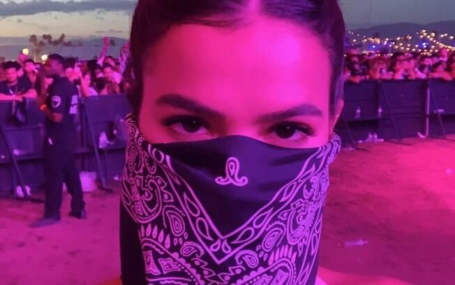 Bruna Marquezine se disfarça durante o festival
