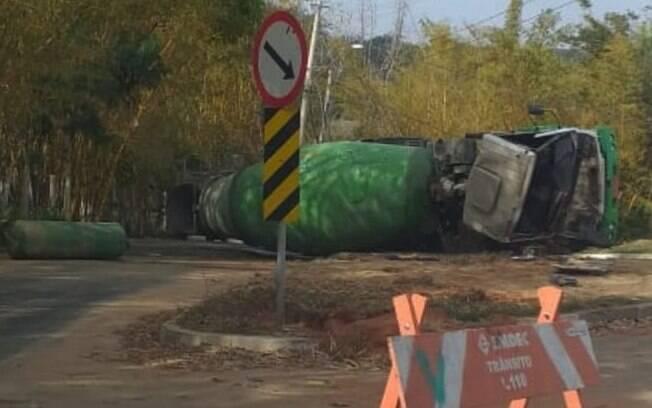 De acordo com a Emdec, o veículo, uma betoneira, tombou por conta do deslocamento da carga (Foto: Divulgação)