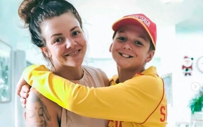 Mel ao lado do filho, que teve de assinar o contrato para ganhar o celular