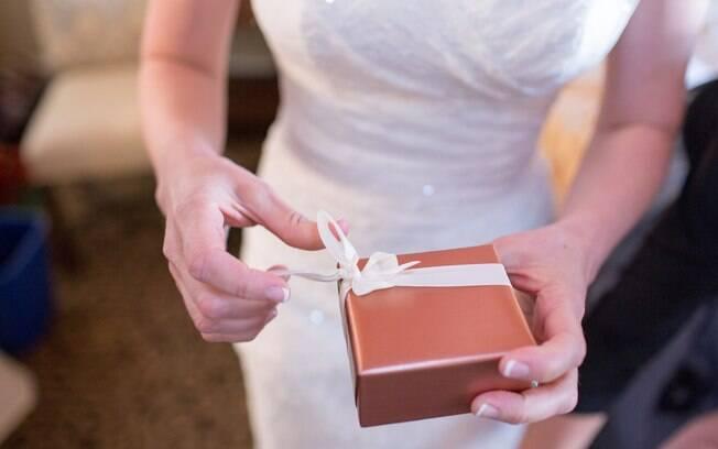 Após reclamar do valor do presente de casamento recebido de uma convidada, noiva é criticada por usuários na web