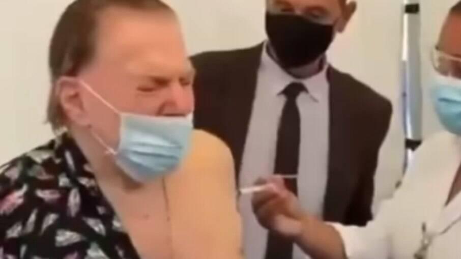 Silvio Santos tomando a segunda dose da vacina