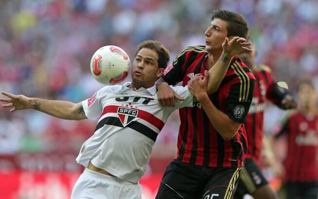 Silvinho e Pacífico brigam pela bola na  partida entre São Paulo e Milan