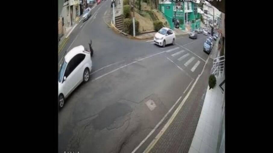Mulher pula de carro em movimento em SC para escapar de sequestro, de acordo com as investigações
