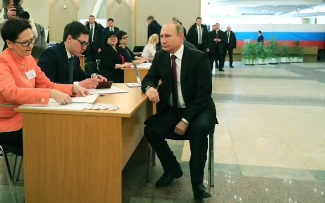 Presidente da Rússia, Vladimir Putin, votou na Academia Russa de Ciências, no distrito de Gagarinsky, em Moscou