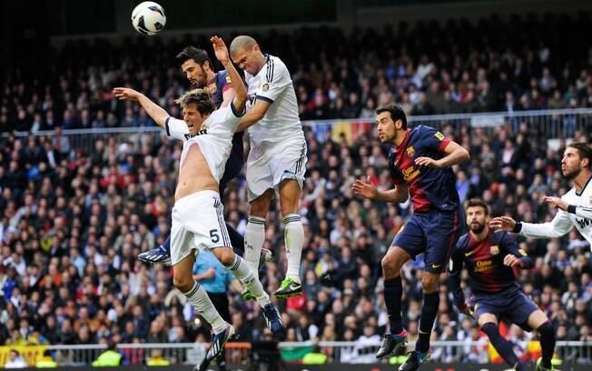 Lance do clássico entre Real Madrid e  Barcelona, no Santiago Bernabéu, neste sábado