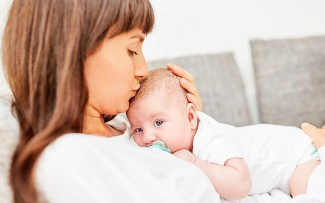 Recém-nascida é beijada por adulto, contrai o vírus