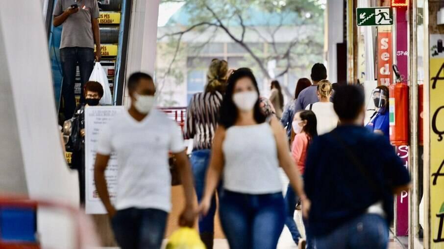 Fiocruz registra redução dos casos e mortes por Covid-19, mas acende sinal de alerta