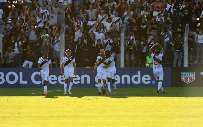 Time do Danúbio comemora gol na estreia da Libertadores 2019