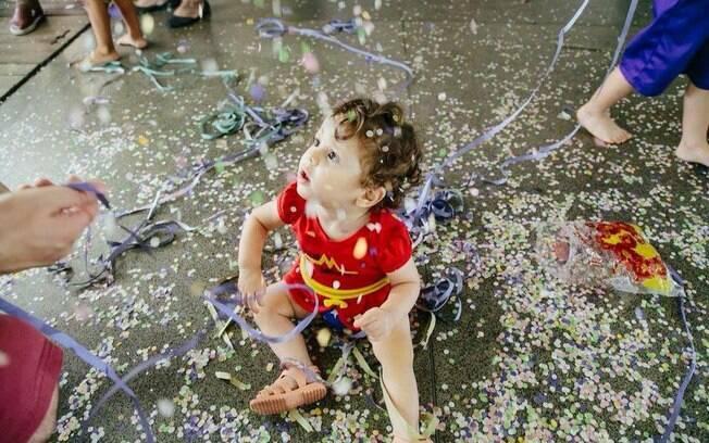 Os bebês também podem participar dos bloquinhos de carnaval, desde que os pais ou responsáveis tomem alguns cuidados