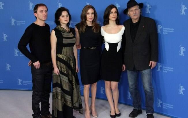 Angelina Jolie entre os atores Goran Kostic, Vanesa Glodjo,Zana Marjanovic e Rade Srbedzija