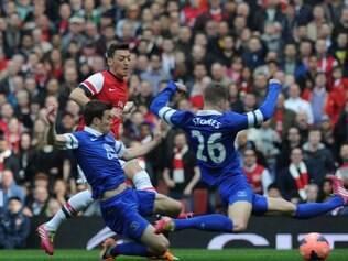 Özil anotou o primeiro gol da goleada do Arsenal diante do Everton, nas quartas de final da Copa da Inglaterra