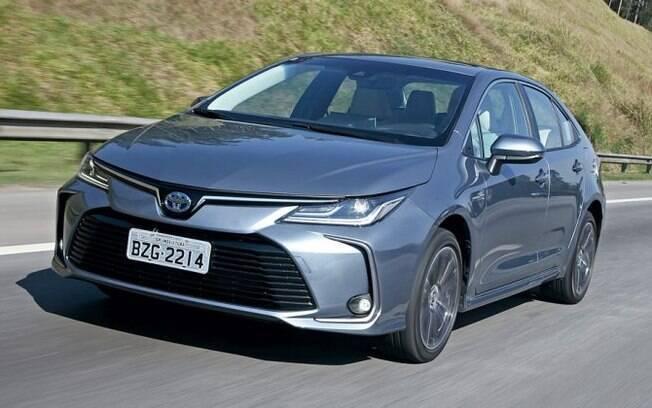 Toyota Corolla mais em conta agora custa R$ 105.990. na versão GLi. A mais cara da foto, a Altis Hibrid Premium, chega nos R$ 142.990