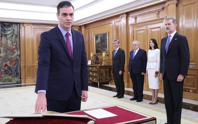 Pedro Sánchez toma posse como primeiro-ministro espanhol acompanhado do Rei Filipe VI ao fundo