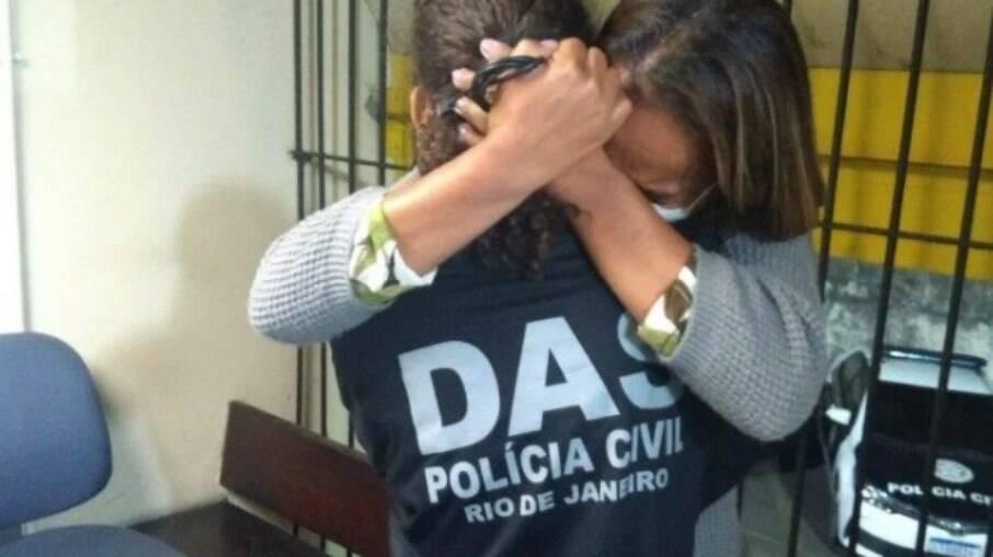 Jovem abraça familiares após ser libertada
