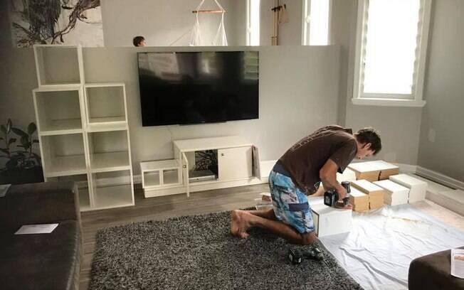Após terem visto modelo na internet, casal criou o projeto para conseguir reproduzir a mesma estante na casa deles