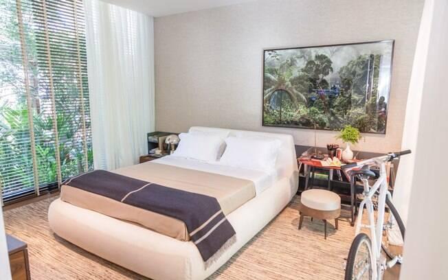 No quarto, móveis brasileiros dão toque delicado à composição com o quadro de Arakém Alcântara deslocado propositalmente do eixo central do ambiente
