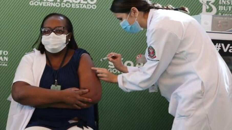 A enfermeira do Hospital Emílio Ribas, em São Paulo, foi a primeira a ser vacinada contra o novo coronavírus no Brasil