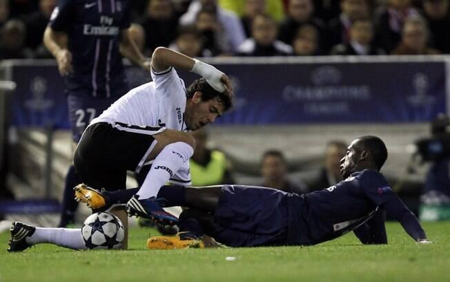 Matuidi, do PSG, e Parejo, do Valencia,  dividem bola no duelo das oitavas da Liga