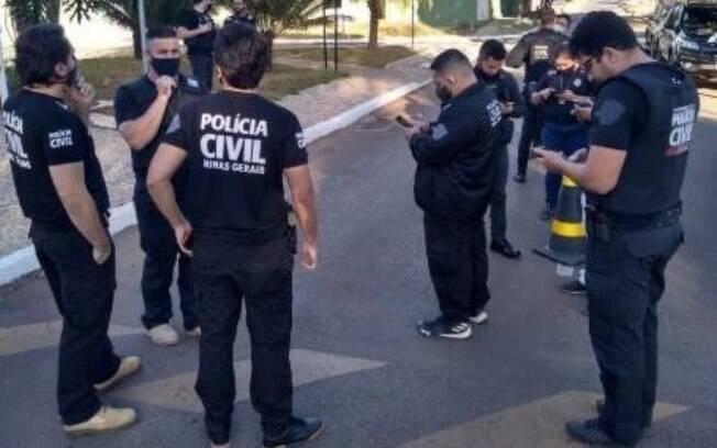 policiais de costas