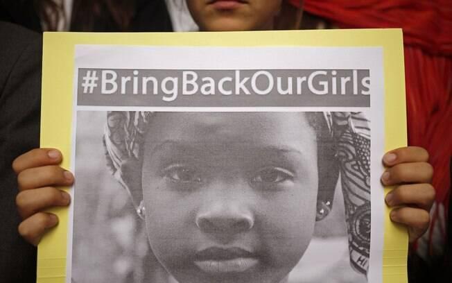 Aluna de escola Sul-africana exibe foto de jovem sequestrada em Chibok, Nigéria, durante manifestação na Cidade do Cabo, África do Sul (16/05/2014)
