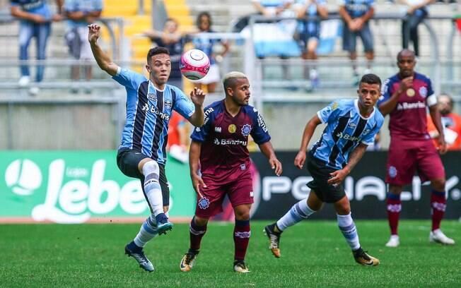 Grêmio e Caxias fizeram o jogo mais agitado deste sábado de estaduais pelo Brasil