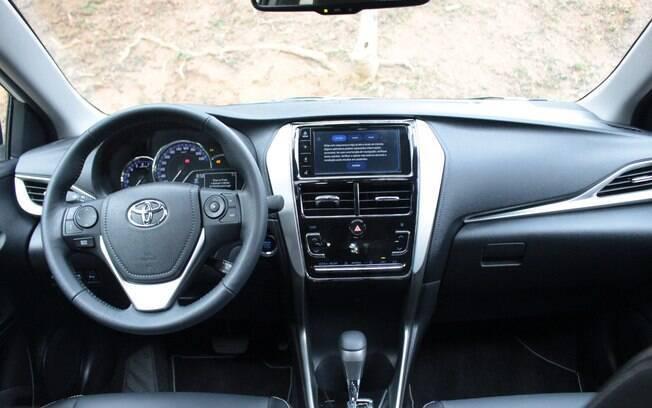 Toyota Yaris poderia ter interior mais caprichado pelo preço que custa. Topo de linha do hatch beira os R$ 80 mil