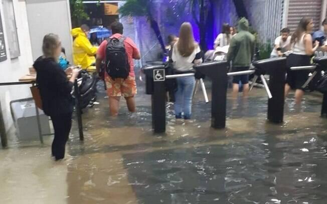 Chuva forte causou alagamentos em Santos, litoral de São Paulo
