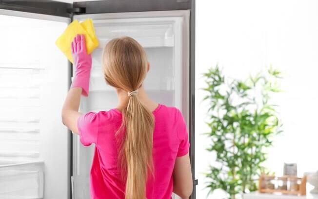 Você sabe limpar a geladeira? É fundamental fazer a limpeza do eletrodoméstico antes de colocá-la em ação na casa de praia