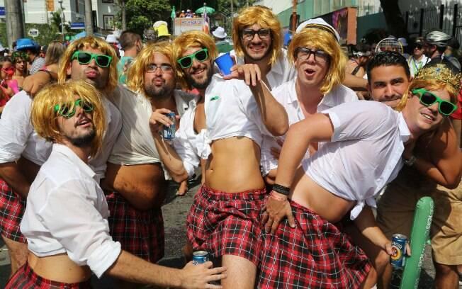 Homens se divertem no bloco Escangalha