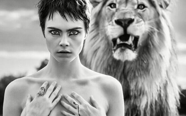 Corajosa! Cara Delevingne posa de topless para marca de acessórios em ensaio com leão
