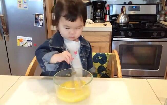 Mazzy mostra habilidade ao misturar ovos para uma receita típica chinesa