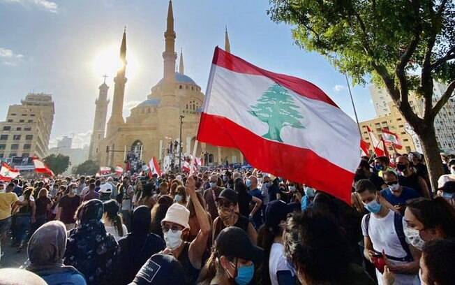 População protesta após explosão em zona portuária que deixou dezenas de feridos