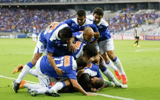 Cruzeiro comemora gol sobre o Atlético