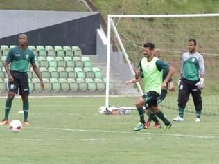Leandro Guerreiro (centro) e Mancini (direita) são os veteranos que dão um toque de experiência ao time do América