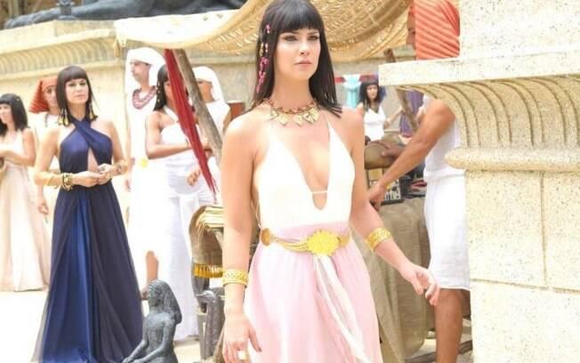 Camila Rodrigues exibe decote de Nefertari