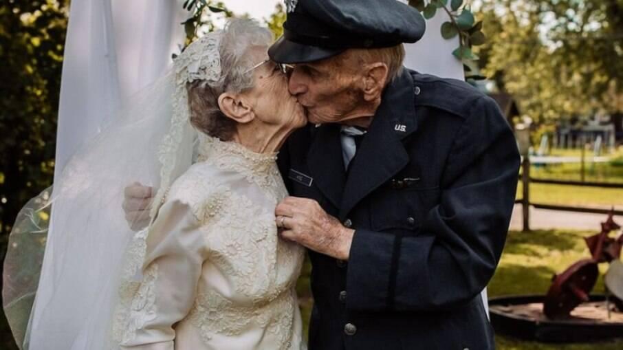 Royce e Frankie King tiram fotos de casamento 77 anos depois