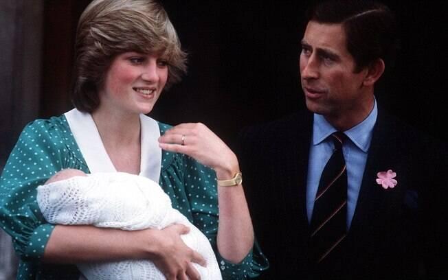 William fez sua primeira aparição pública quando Diana e Charles deixaram o hospital St Mary's, no dia seguinte ao seu nascimento