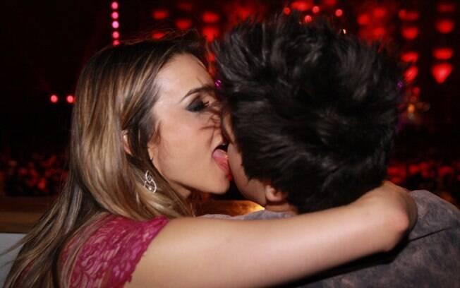 Luan Santana e Denise Severo se beijam