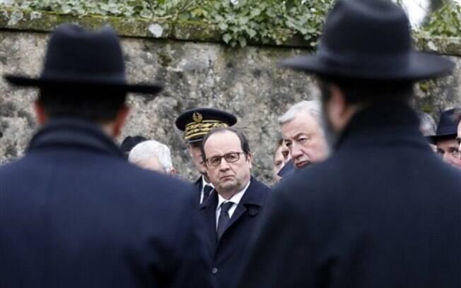 O presidente da França, François Hollande, em visita ao cemitério vandalizado nesta terça-feira