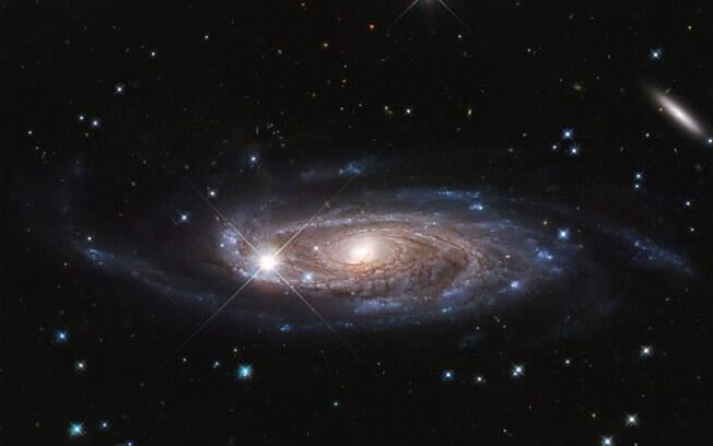 Com 2,5 vezes o tamanho da Via Láctea, a UGC 2885 pode ser a maior galáxia desta região do universo.