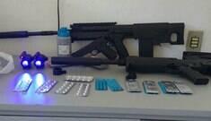 Idosa é presa com réplicas de fuzil e faz crochê em base policial