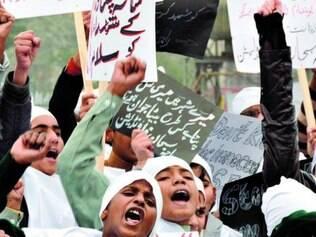 Crianças e professores do Paquistão protestam contra ato terrorista