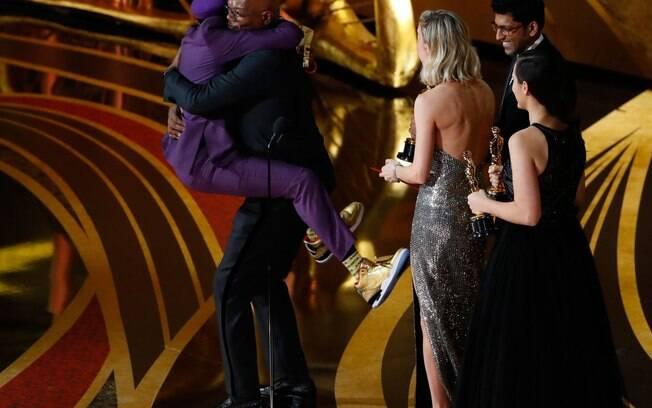 Spike Lee ganha o Oscar de Roteiro Adaptado e comemora com Samuel L. Jackson; discurso incomodou Donald Trump