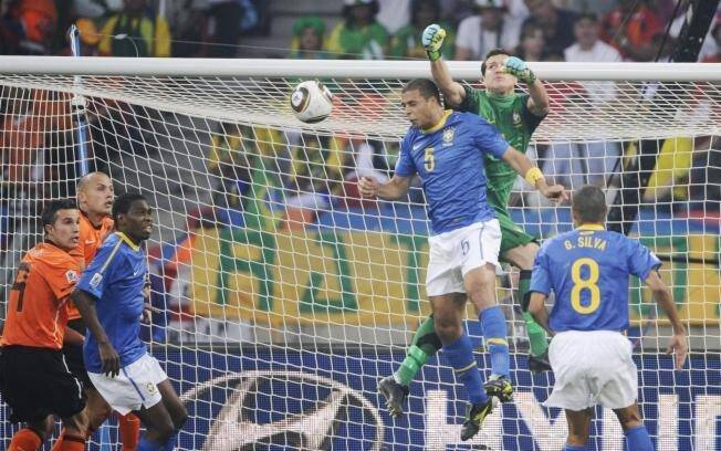 Júlio César tromba com Felipe Melo: Holanda  venceu o Brasil na Copa