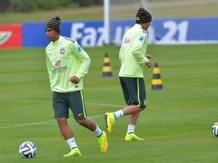 Paulinho e Thiago Silva participam de treinamento físico na Granja Comary