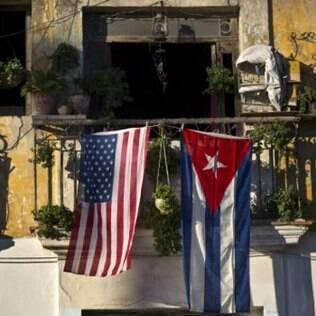 Bandeiras dos EUA e de Cuba são exibidas em sacada em Havanas (foto de arquivo)