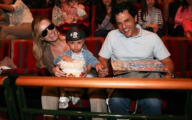 Eliana vai ao teatro com o filho Arthur e o marido João Marcello Bôscolli
