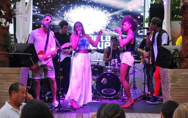 Atriz e a banda Melanina Carioca